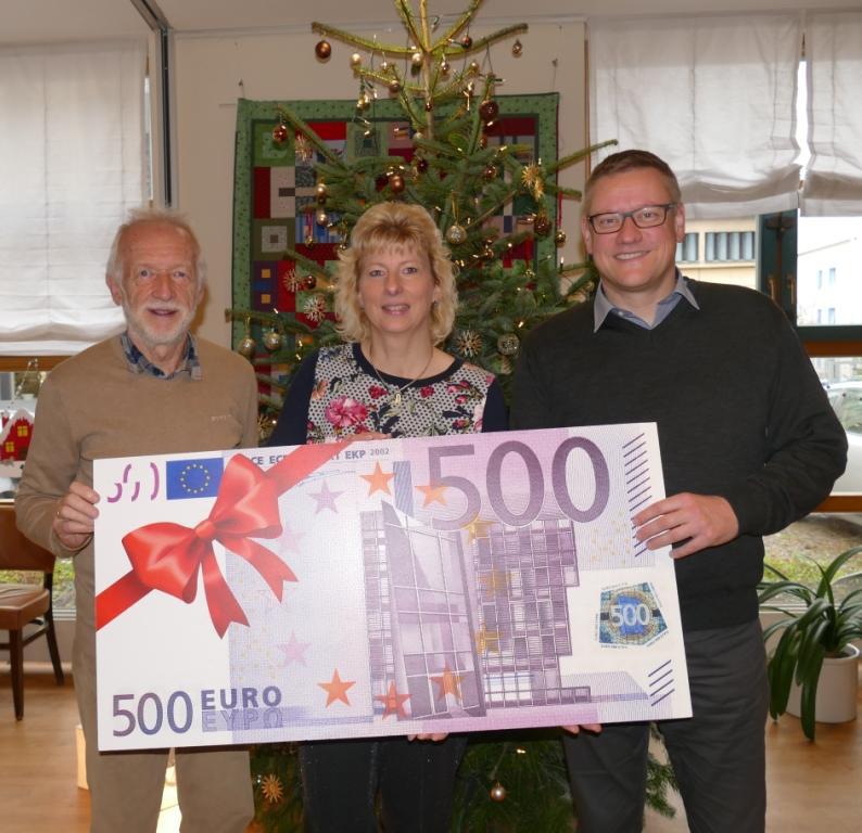 Gabriela Fuß und Walter Wild überreichen symbolisch den Scheck an Dirk Kammertöns, Geschäftsführer des Hilfevereins.